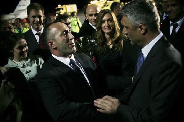 Ish-kryeministrat Ramush Haradinaj dhe Hashim Thaçi të dy janë përzier në krime serioze (por deri më tani asnjëri nuk është përballur me akuza penale për përfshirjen e supozuar të tyre).
