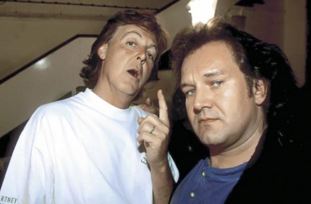 Rasic (djahtë) ka fotografuar shumë prej yjeve më të mëdhenj të industrisë së muzikës gjatë 35 viteve të fundit, përfshirë Paul McCartney. Foto nga Brian Rasic.