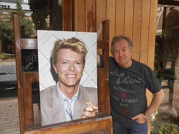 Rasic punoi nga afër me David Bowie gjatë karierës së yllit të rokut. Në foto këtu duke ekspozuar fotografitë e tij në Skopje Cinema City Film Festival në 2015. Foto nga Nenad Georgievski.