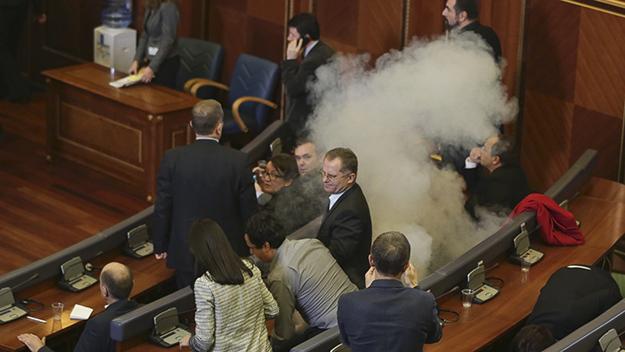 Kuvendi i Kosovës është paralizuar nga funksionimi tash e një vit prej kur u nënshkruan marrëveshjet ndërkombëtare. Deputetët e opozitës vazhdimisht përdorën gaz lotsjellës në sallë.
