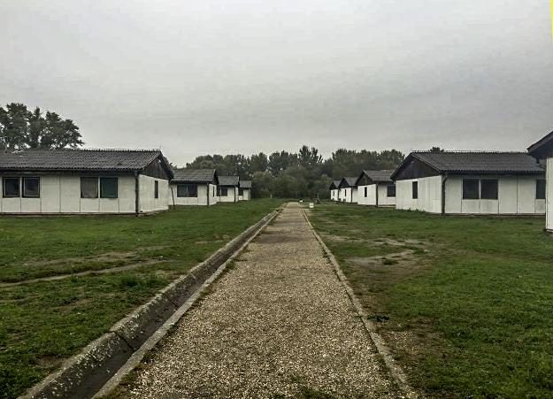 Qendra kolektive në Krnjaca në periferi të Beogradit u themelua si reagim urgjent për të strehuar serbë që i ikën konflikteve të armatosura të rajonit në vitet 1990-ta.