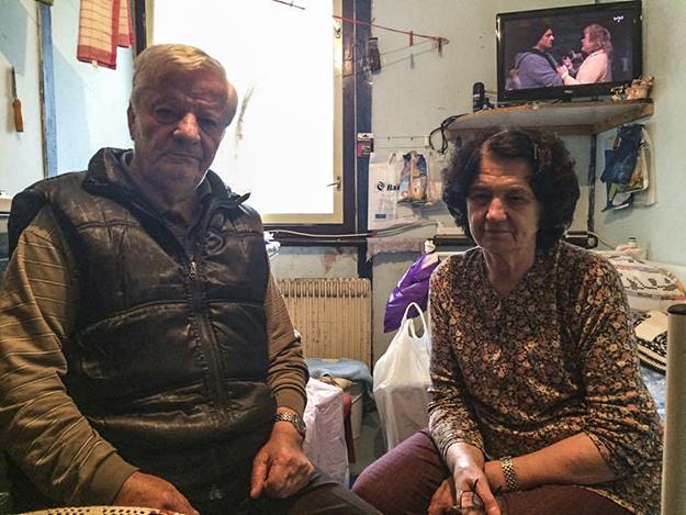 Zivan Zivkovic dhe bashkëshortja e tij ikën prej shtëpisë së tyre në fshatin Mushtisht, afër Suharekës, në qershor të vitit 1999. Tani ata e ndajnë bashkë një dhomë shumë të vogël në qendrën kolektive në Krnjaca.