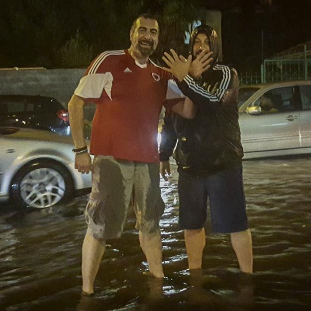 Deputeti i Vetëvendosjes, Fisnik Ismaili, ishte njëri prej mbështetësve të Shqipërisë brenda stadiumit Loro Borici të Shkodrës, ku ndeshja u ndërpre për shkak të stuhisë me shi të rrëmbyeshëm. (Foto: Fisnik Ismaili)