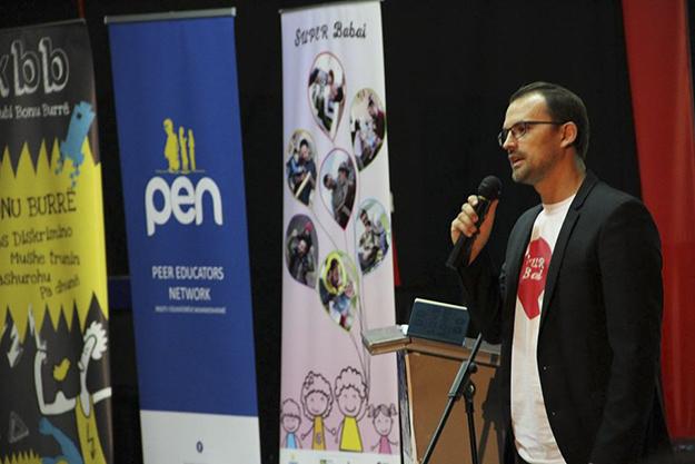 Kadri Gashi është koordinator i projektit Young Men Initiative (Nisma e Burrave të Rinj) në Kosovë, që synon të promovojë 'atësi pozitive'.