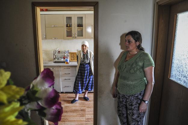 Haliti është e papunësuar dhe nuk ka të ardhura. Ajo kujdeset për familjen gjashtë anëtarëshe, përfshirë edhe njerkën e bashkëshortit të saj, e cila është e sëmurë, nuk mund të flasë dhe dhe ka nevojë për kujdes mjekësor.