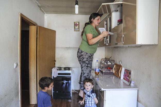 Haliti na tregon raportet mjekësore të djalit të saj, duke shpjeguar në mënyrë të përsëritur se ai vuan nga sëmundja e zemrës, por familja nuk ka para për mjekimin e nevojshëm.