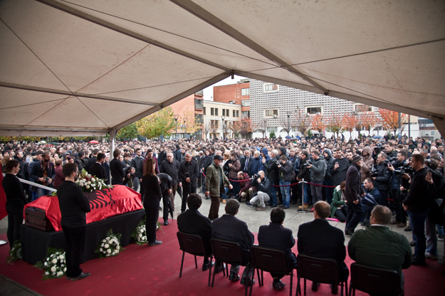 Thousands of mourners paid their respects to Astrit Dehari in a solemn ceremony in Prishtina today.