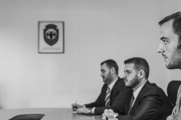 Ljeutrim Retkoceri (desno), koji radi u kancelariji PDK-a za vezu, kaže da je njegova porodica uveliko uticala na njegovu odluku da se pridruži ovoj stranci.