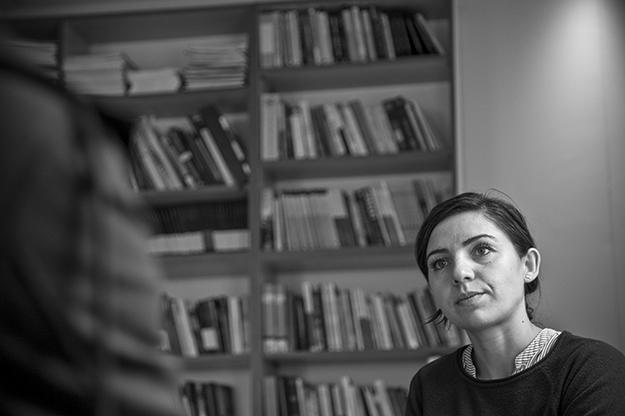 Tinka Kurti je bila novinarka pre nego što se pridružila Samoopredeljenju 2014, a zbog frustracije koju je izazvala vladina privatizacija državne imovine.