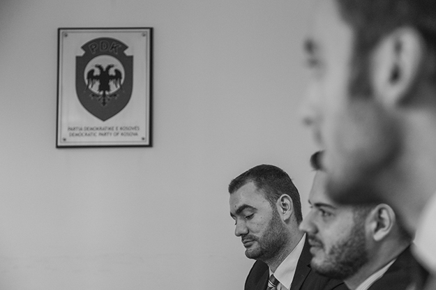 """Šef prištinskog odeljka omladinskog foruma PDK-a, Triumf Sadikaj (levo) pohvaljuje Hašima Tačija i Kadrija Veseljija za """"velike uspehe"""" Kosova."""