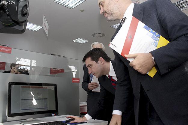 """Kryeministri Edi Rama dhe Ministri i Mireqenies Sociale dhe Rinise, Erion Veliaj, gjate inagurimit te Zyres se pare moderne te Punes ne Tirane, ish Lidhja e Shkrimtareve, prane """"Rruges se Kavajes""""."""