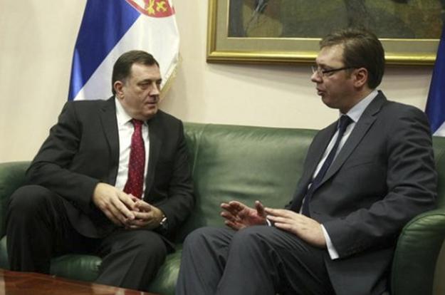 Milorad Dodik dhe Kryeministri serb, Aleksandar Vucic, foli për referendumin e diskutueshëm të RS në një konferencë të përbashkët për shtyp në korrik.