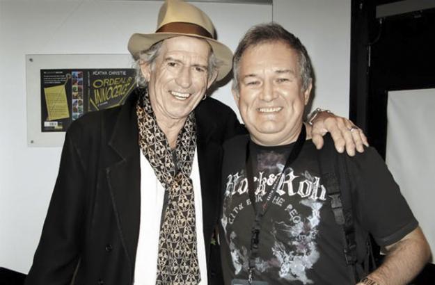 Një prej kontributeve më të shquara të Rasic në karierën e tij të shkëlqyer ka qenë bashkëpunimi i qëndrueshëm i tij me Rolling Stones. Këtu në fotografi me kitaristin e bendit, Keith Richards. Foto nga Brian Rasic.