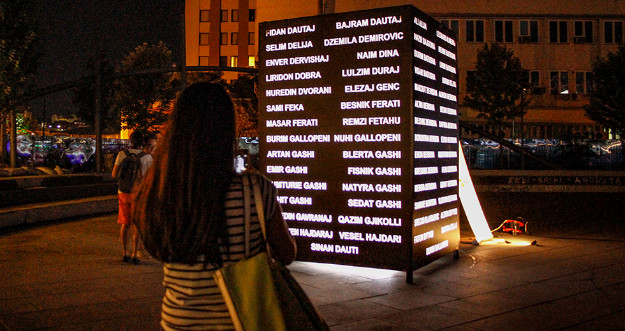 Një instalacion me emrat e 116 fëmijëve që ende janë të humbur nga lufta në Kosovë u zbulua në Prishtinë të martën në mbrëmje. (Foto: Fikret Ahmeti / K2.0)