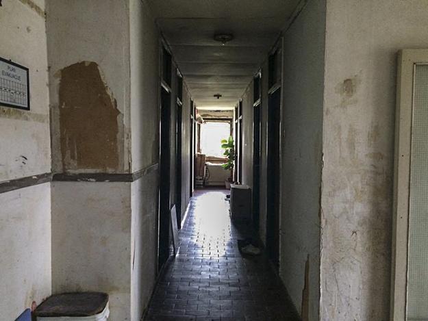 Kushtet në qendrën kolektive të Krnjaca mendohet të jenë ndër më të këqijat prej qendrave që strehojnë PZHB të konfliktit në Kosovë.