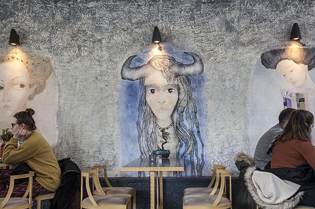 Majlinda Hoxha,Fitore Berisha, Kafja e vogel mural, Te dalshin brinat 01