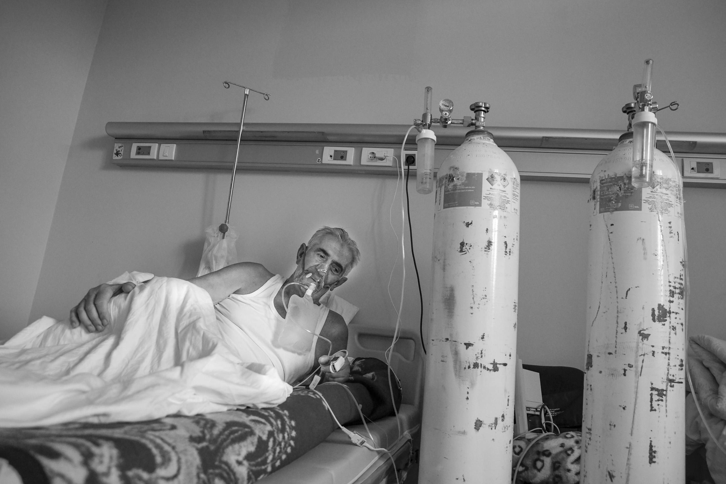 Još uvijek nije pronađen nikakav lijek za COVID-19, ali onima koji imaju poteškoća s disanjem daje se kisik.