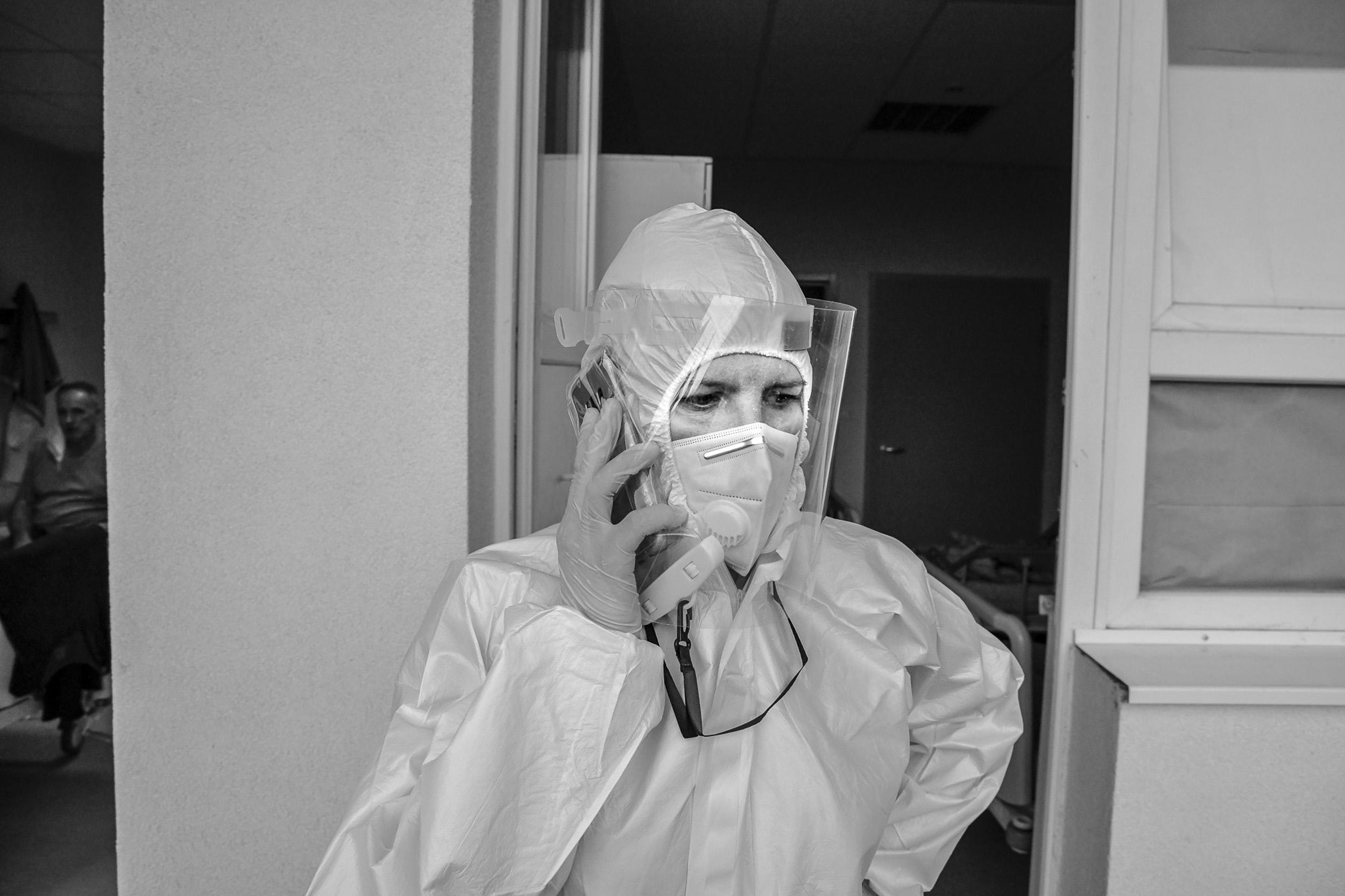 U slučaju da pacijenti/ce koji boluju od COVID-19 imaju i druge zdravstvene probleme, dr Lindita traži stručni savjet drugih specijalista/ica.
