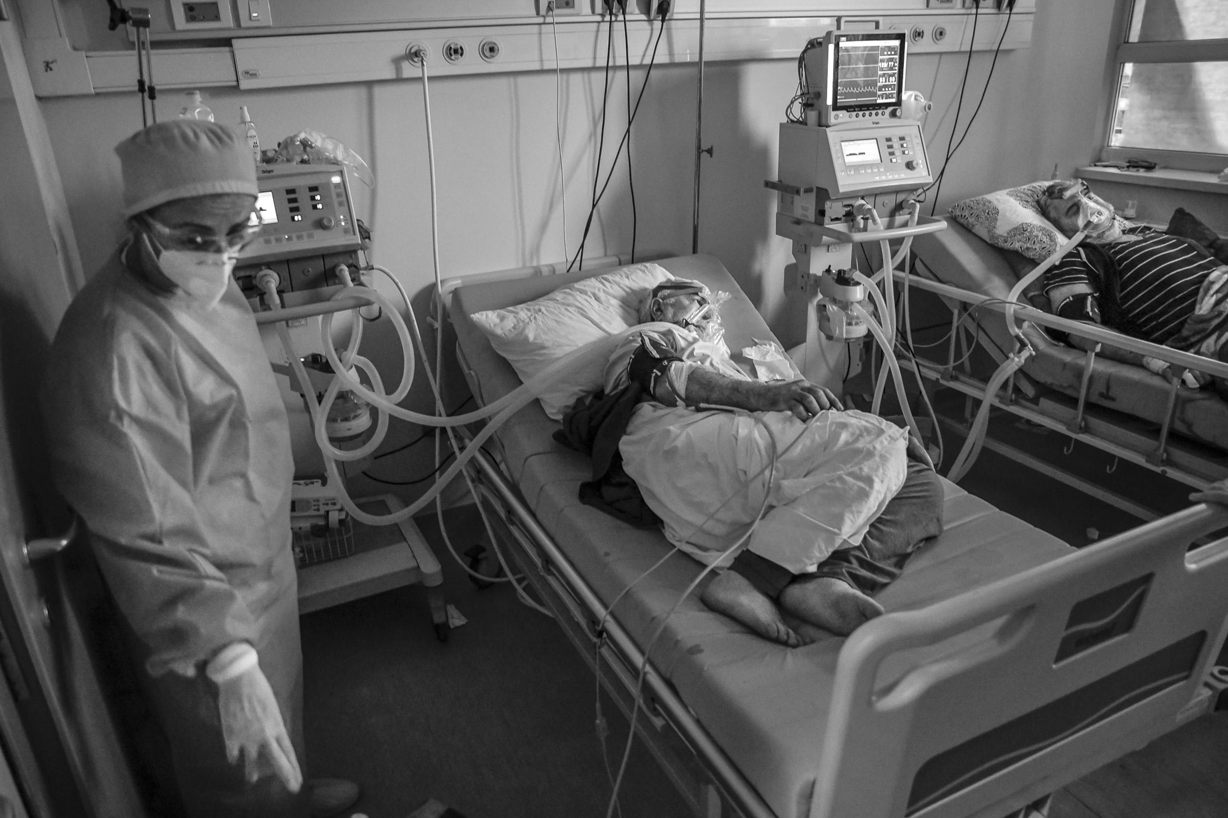 Zvukovi svih mašina i pacijenata/ica s COVID-19 koji otežano dišu još je izraženiji dok idemo od sobe do sobe.