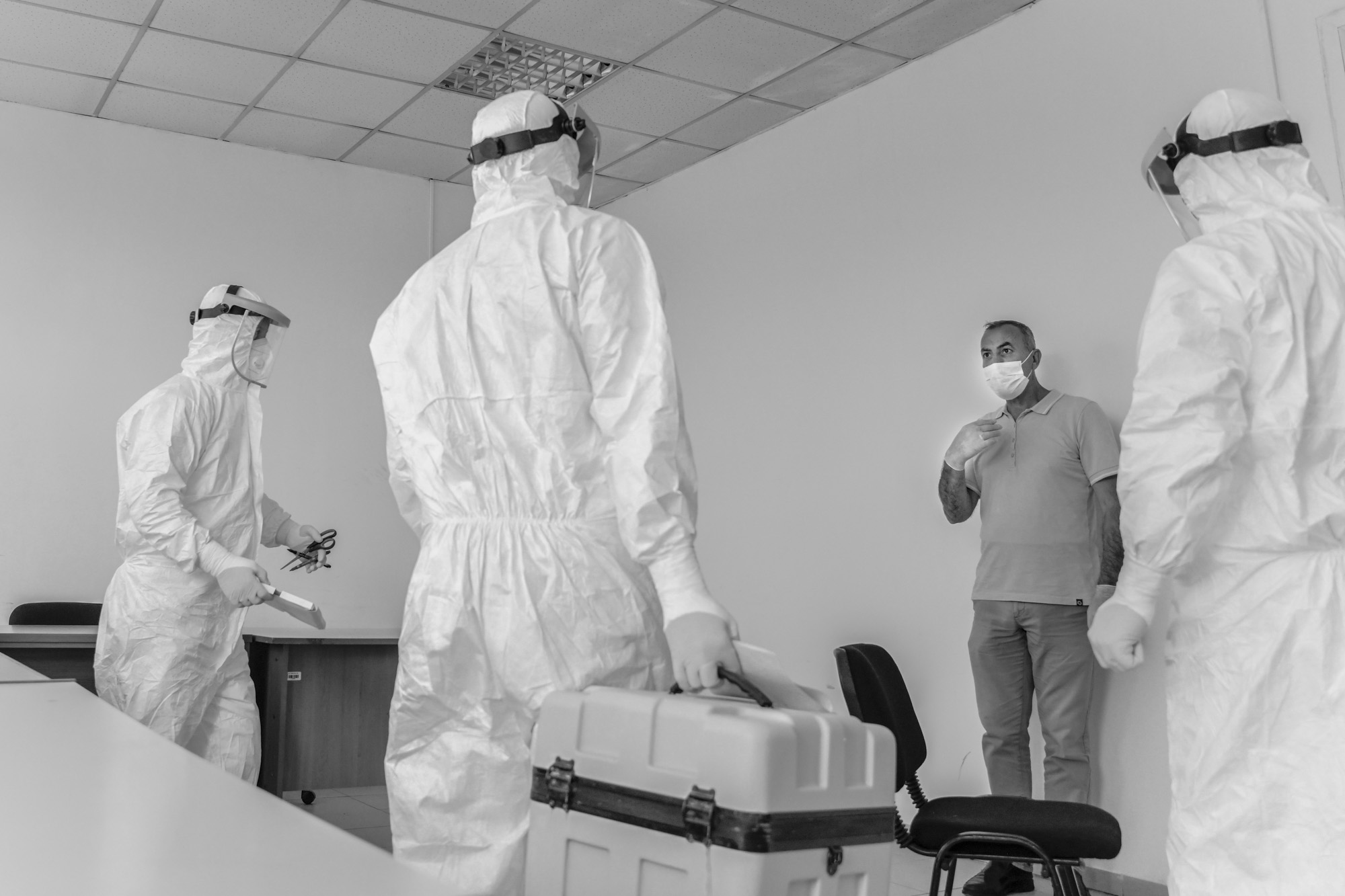 Neke testirane osobe se kolebaju kad vide tehničare u punim zaštitnim odijelima.