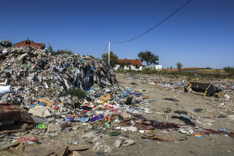 Privremeno odlagalište otpada udaljeno je svega 100 metara od kuća, a 50 metara od zgrade obdaništa namijenjenog djeci iz romske, aškalijske i egipćanske zajednice.