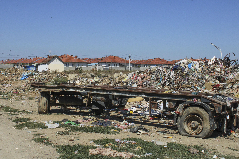 Napušteni kamion pored kuća u naselju Ali Ibra (bivša Kolonija).