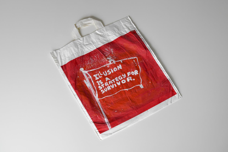 Driton Selmani se poslužio jeftinim kolažima od kartona i svojom isprobanom poezijom zapisanom na plastičnim vrećicama kako bi zabilježio posljedice koje je pandemija ostavila na naše živote i um.